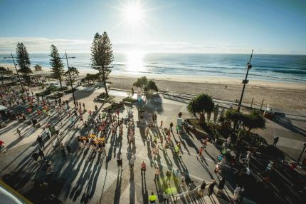 GCAM15_42km_runners_passing_through_Surfers_Paradise