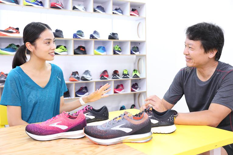 小夏エミリさんと編集長の南井正弘が、「グリセリン16」と「レビテイト2」のランニングシューズを実際に履いて走ってみて、その魅力を語る
